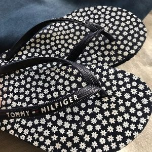 Tommy Hilfiger Spell out Daisy Flip flops